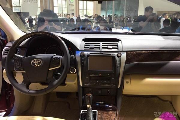 凯美瑞十周年纪念版将在2.0L、2.5L的车型基础上在前进气格栅和后保险杠加入新的镀铬装饰,并在此基础上新增几种车身颜色以及黑色铝合金轮毂。       凯美瑞十周年纪念版涵盖2.0L、2.5L和2.5L混动三种动力的共9款车型。其中2.0L发动机为2015款换装的6AR-FSE发动机,匹配6速手自一体变速箱,2.