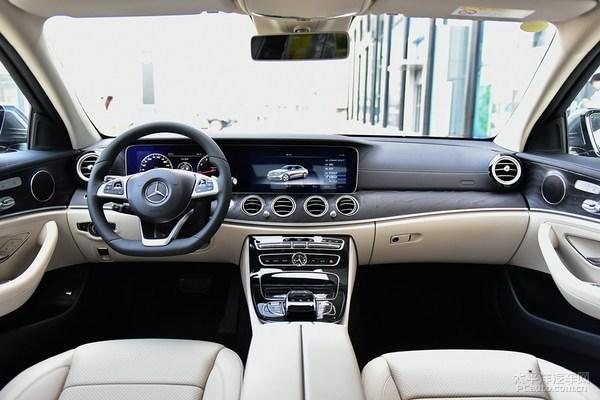 新一代E级长轴距版早在4月份时便已经在北京车展全球首发,新车前脸基本保持现款奔驰E级运动轿车的前脸造型,换装了全新的LED大灯。新一代E级大灯组配有3条LED灯带,造型和C级、S级都有所区分。目前国内C级都已经标配全LED大灯了,预计在新一代E级上全LED大灯也是标配。前保险杠采用了全新造型,雾灯隐藏在保险杠内部。      新车依旧提供两种不同风格的前脸设计,分别为传统的三叉星立标和三叉星在前格栅处。两种不同的外观套件搭配不同款式的轮圈,营造出运动或商务两种不同的造型风格。    尾灯组基本
