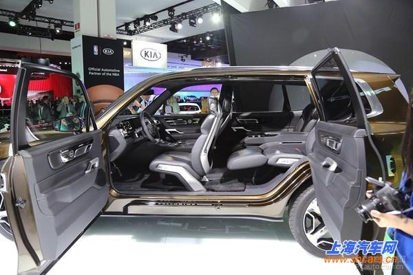 【 北美车展】起亚全新中大型SUV概念车Telluride于2016北美车展正式首发亮相。新车是起亚首次运用3D打印技术生产的概念车型。    起亚Telluride概念车的外观有别于现售起亚SUV相对圆润的设计风格,其风格更倾向于丰田兰德酷路泽之类,而尺寸也仅仅略小于兰德酷路泽。大尺寸镀铬轮毂更有些宾利的味道。    新车采用了起亚家族式前脸设计,但整体风格硬朗。大灯采用了矩阵式LED设计,尾灯纵向排列,车窗边缘等处采用了镀铬装饰。起亚Telluride概念车采用了22寸的五辐轮毂。    座舱内,