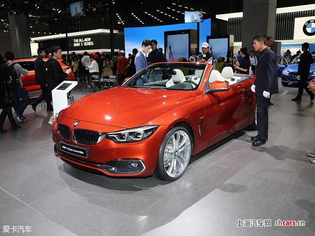 看了以下要点,本文算读完一半:     1.采用新家族式造型设计,气场更强;     2.新款4系搭载B48/B58系列的2.0T/3.0T发动机。      外观方面,新车外观沿用了最新的BMW家族设计语言,全系标配M运动套装,十余项组件彰显了极富张力的运动美学。新车特别配备全新六边形LED随动控制大灯,经过重新设计的L形尾灯也赋予新BMW 4系耳目一新的科技感。前进气格栅采用黑色高光双肾型设计,使新车看起来更加运动。与此同时,车辆尾部的高光镀铬排气管,与车头部双肾型进气格栅和车外侧的进气孔黑