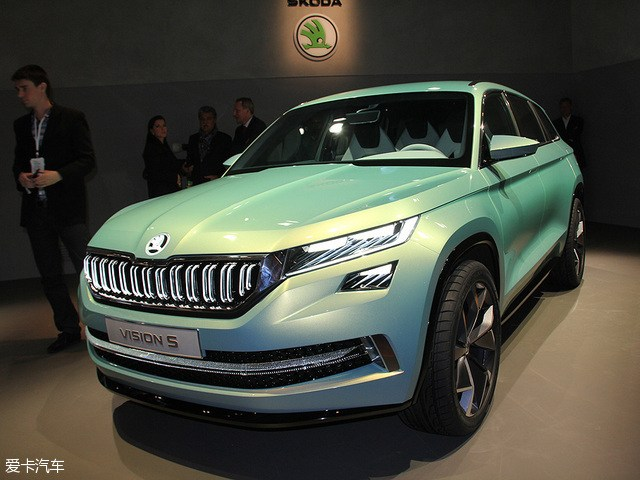 """近日,斯柯达官方于布拉格总部发布了VisionS概念车量产版A+SUV,不过可以看出新车前脸及车尾仍然被伪装所覆盖。据悉,这款全新SUV实车将在10月举行的巴黎车展正式发布,并亮相11月开幕的广州车展,预计斯柯达全新SUV车型将于2017年初在华投产。    小贴士:这款全新SUV未来或将定名为""""Kodiak"""",并与全新途观相同基于大众MQB平台打造而来。 斯柯达全新SUV发布     从曝光的实车图来看,斯柯达A+SUV基本延续了VisionS概念车的造型设计风格,新车前脸运"""