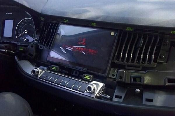 日前国内媒体曝光了一组哈弗Concept B量产版车型谍照,新车展现哈弗蓝标SUV的设计理念,其中内饰照可知谍照车型为手动挡车型。   若您的镜头也捕捉到了新车谍照,我们希望这个投稿邮箱能协助您与大家分享这份惊喜:spyshot@pcauto.com.cn。一经采纳,多功能随车工具箱包邮奉上。     哈弗Concept B小型SUV概念车在2015上海车展亮相。头灯组较概念车变得更大,前脸造型比哈弗目前的SUV产品更扁平。新车采用了六边形横格栅设计,预计与概念车一样,未来将归入蓝标阵营。   哈弗C