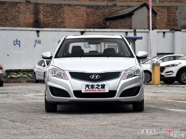 北京现代新能源车型伊兰特EV将于明日正式上市,新车是北京现代旗下首款电动车型,新车老款悦动的外观造型设计,并进行了相应调整,动力系统搭载一台最大功率111马力的电动机,综合续航里程为270km       外观方面,这款纯电动车以老款悦动车型设计作为基础,前格栅采用封闭式进气格栅,并在四周采用蓝色饰条和镀铬边框点缀,突出了该车的新能源属性。值得一提的是,格栅中央的品牌LOGO内部为充电接口。从侧面来看,新车与老款悦动并无二致,配备了规格为185/65 R15的锦湖品牌轮胎,其五辐式铝合金轮圈样式较为独