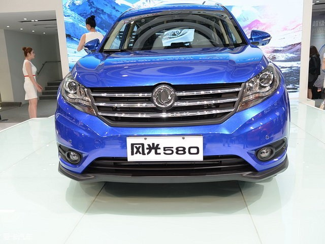 日前,有消息称,东风风光580将于5月中旬正式上市,该车在今年北京车展刚刚发布,预售区间为8-10万元,搭载1.5T和1.8L两种动力,共推出8种车型。    小贴士:风光580定位紧凑级SUV,提供5座和7座版本。      从外观来看,风光580的设计较为简洁,进气格栅采用了三辐条镀铬进行装饰,前大灯融入了LED日间行车灯,保险杠造型也较为协调,车身侧面造型有些生硬,车尾设计则略显平淡,但中规中矩。车身的长宽高风别为4680/1845/1715mm,轴距达到了2780mm。     从之前曝光的信