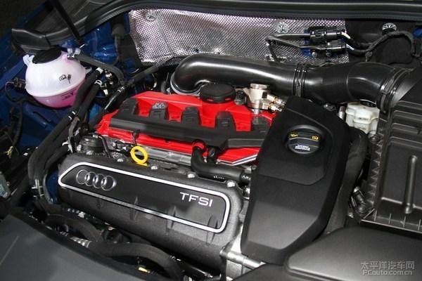 >  日前,三款奥迪高性能车在国内上市,奥迪RS Q3/RS3也同时在国内首秀。此外,奥迪正式发布了全新子品牌Audi Sport,未来将有17款高性能车型引进国内销售。    RS Q3     奥迪RS Q3继承了新款Q3与前灯相连的隔栅设计。代表奥迪全时四驱的quattro标识位于黑色蜂窝状隔栅下方,以显示其生猛的性能。座舱内,新车继续采用嵌有奥迪RS铭牌的方向盘和带有RS钢印的运动座椅。     RS Q3动力来源于2.