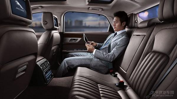 全新捷豹XFL隶属于第二代XF家族,国产版本的长宽高分别为5093/1880/1456mm,车长增加129mm;轴距达到了3100mm,增幅高达140mm。    全新捷豹XFL采用轻量化铝车身架构,在保证车身强度的同时(比现款XF增强了28%),更轻的车身有利于灵敏的操控,即使车身尺寸已达中大型轿车范畴。全新捷豹XFL,将与新一代奔驰E级加长、宝马5系Li、奥迪A6L对垒,此外还有凯迪拉克CT6、沃尔沃S90L等竞品与之对决。    全新捷豹XFL完整保留了新一代XF海外版的内外设计,并在配置上进行