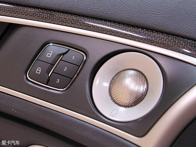 """采用最新家族式前脸   外观方面,新款MKZ前脸的变化比较明显,新车采用了林肯Continental的全新家族式前脸设计,取代了现款车型的""""飞翼""""式分体格栅,提升的品牌的辨识度,网状的镀铬格栅看上去也更有质感。另外,新车下部进气格栅、雾灯区域以及前大灯组都有所变化。大灯组还采用了矩阵式LED大灯,灯组点亮后更加梦幻。     尾部方面,新款车型的变化较小,依然采用了贯通式的尾灯,不过灯罩的颜色由白色变成了红色,尾箱上依然是高高扬起的扰流板,设计简约,尾部保险杠造型也"""