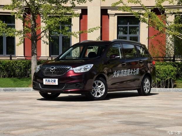 海马汽车新款福美来/福美来MPV(即海马V70)将于9月26日正式上市,预计价格发布时间在20:30-20:40之间。其中,新款福美来针对外观及内饰进行了调整,而福美来MPV则有可能新增1.5T手动挡车型。    新款福美来      新款福美来运用全新设计的横条幅进气格栅替代了现款车型的直瀑式格栅,更具家族设计特征。新车前大灯组和前保险杠处也进行了重新设计。新车前大灯组和前保险杠处也进行了重新设计,并具有自动大灯、大灯高度调节等功能。此外,该车后保险杠使用了类似空气动力学的设计,尾灯组造型也较现款车