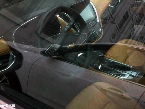 近日,有媒体曝光了一组雪佛兰新一代迈锐宝车型国内的谍照。据之前消息,该车将明年正式引入国产,并于2016年上半年正式上市。 上汽通用雪佛兰全新迈锐宝谍照 雪佛兰全新迈锐宝(海外)   新一代迈锐宝采用了全新设计风格,新车进气格栅采用了全新设计,大灯造型更加犀利,前保险杠造型也显得动感了许多。尾部方面,新一代迈锐宝采 用了类似掀背风格设计,微翘的尾部线条感立体流畅,LED光源尾灯配合双边单出排气系统,与全车动感的本性相融合。 上汽通用雪佛兰全新迈锐宝谍照 雪佛兰全新迈锐宝(海外)   车身尺寸方面,据悉