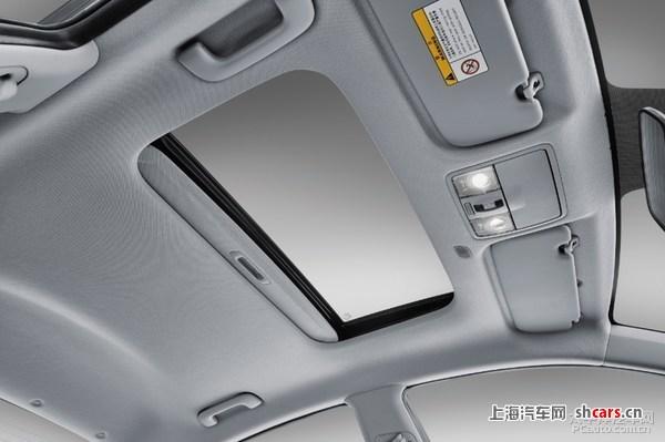 配备了大尺寸中控显示屏,三幅式多功能方向盘更新为最新样式,一同更新