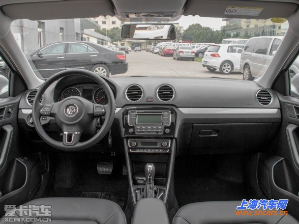 """外观方面,质惠版的捷达和宝来与现款车型相比没有发生变化,两款新车主要在配置上进行了升级。其中捷达质惠版车型配置方面有以下变动,1.4L手动时尚型、1.6L手动时尚型、1.6L自动时尚型,分别标配了司机侧座椅高度调节、单碟CD、电动调节可加热外后视镜、遥控钥匙带行李箱开启功能、副司机侧遮阳板化妆镜、行李箱装明灯等。售价上, 三款车型相较现款有了最高2900元的降幅。      而""""质惠版""""1."""